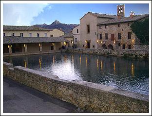 a8 km dal tigliolo ci sono le terme di bagno vignoni dove possibile fare il bagno in delle bellissime piscine termali a pagamento